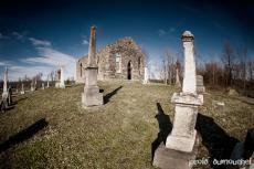 Le cimetière et l'église abandonnée de Rivière-La Guerre